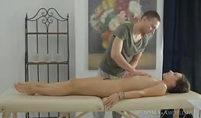 Il ragazzo ha massaggiato una bruna formosa