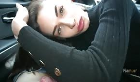 Una ragazza carina ottiene un pompino in macchina