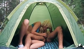 Un numero in una tenda con un giovane biondino