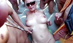 Sborra sul blondie maturo sulla spiaggia
