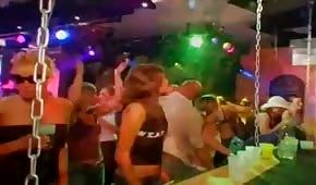 Sesso di gruppo con persone di festa al club