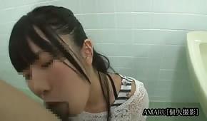 Asian fa pompino in bagno