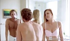 Sta affrontando la bella bionda in bagno
