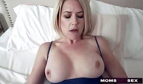 Sesso dolce con mamma di silicone