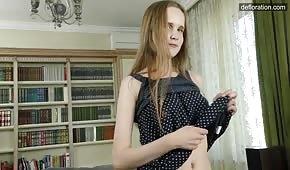 La modesta diciottenne si toglie il vestito