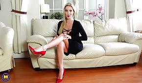 Bambola sexy in tacchi rossi