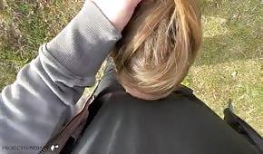 Sesso amatoriale all'aperto con la bionda