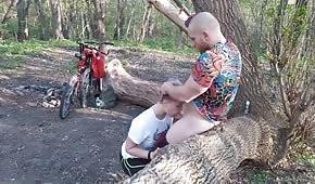 Spettacolo pubblico in mezzo al bosco con un pulcino emo