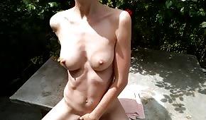 La ragazza nuda sta bene all'aperto