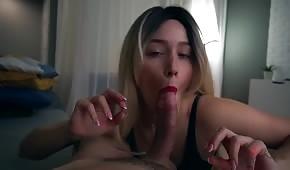 Bionda sensuale prende il suo cazzo la sera