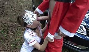 Gioca con un'infermiera nel mezzo della foresta
