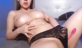 Naoliwiony biust masturbującej się babeczki