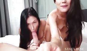 Śliczne brunetki ciągną długiego penisa
