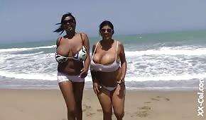 Donne nere rotonde sull'oceano