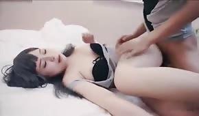 Dolce sesso con una ragazza orientale di 18 anni