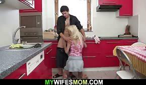 Sesso mattutino in cucina con una mamma abbronzata