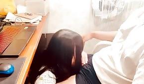 Una bella ragazza asiatica sta preparando un gelato sotto la scrivania