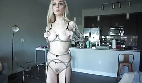 Ragazza bionda pallida in bikini
