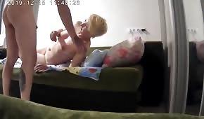 Telecamera nascosta e sesso amatoriale in camera da letto