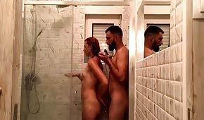 Sesso con un dilettante nudo sotto la doccia