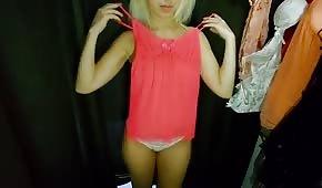 Una ragazza bionda formosa nello spogliatoio