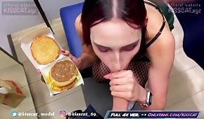 La ragazza sta tirando fuori un cazzo da un hamburger