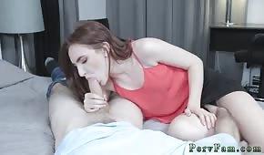La volpe magra succhia un cazzo prima del sesso