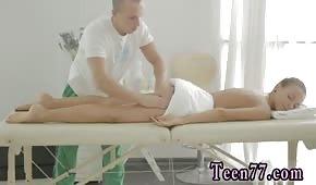 Ha massaggiato le natiche di una giovane bruna