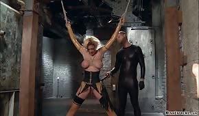 Porno anale con una bionda legata