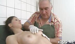 Una giovane ragazza sta tirando un cazzo in ospedale
