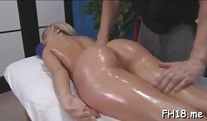 Ha massaggiato una groppa di cupcakes biondi