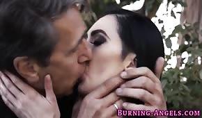 Porno insolito con una cagna dai capelli neri