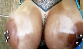 Una feroce cagna con piercing ai capezzoli