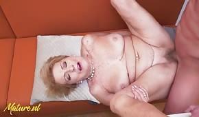 Buon sesso con una bionda matura sul tavolo