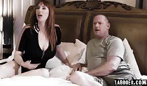 Ha scopato due ragazze calde in camera da letto