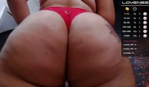 Culo grasso in mutandine rosse