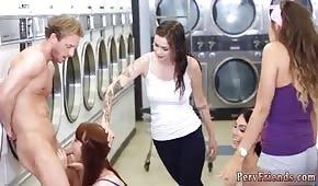 Belle ragazze stanno tirando un cazzo nella lavanderia