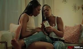 Una delicata donna di colore lecca i seni della sua amica