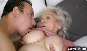 Baciò la pipetta della nonna sottomessa