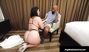 Il cupcake grasso cade in ginocchio davanti al negro black