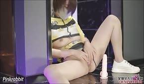 Una donna cinese si schiaffeggia il culo durante il sesso