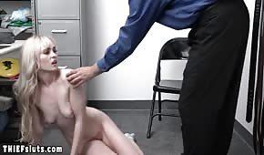 Un vecchio ha scopato una piccola bionda