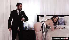 Stanza con la cameriera in camera da letto