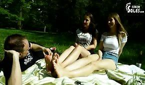 Il ragazzo ha leccato i giovani piedi nel parco