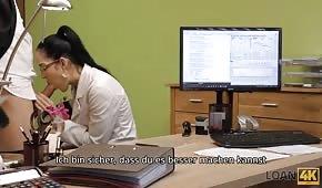 Sesso veloce mentre si parla di lavoro