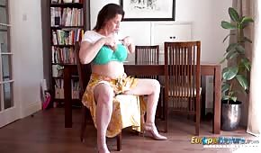 Una matura inglese gioca con le sue tette