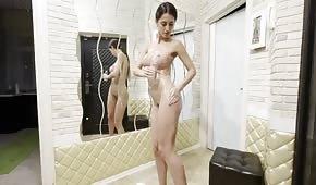 Corpo oliato di una bruna in silicone
