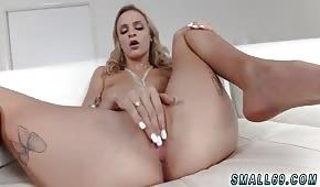 Bella ragazza russa si accarezza la figa davanti a un uomo