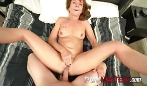 Mamma rossa succhia un cazzo lungo prima del sesso