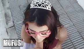 La principessa succhia un cazzo prima di fare sesso